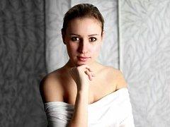 Simona Mrázová. Pětadvacetiletá rodačka ze Zlína, která patří mezi nejnadějnější pěvkyně v České republice.