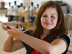 Zlínská studentky hotelové školy Tereza Michlová bude soutěžit o titul nejlepší barmanky na Mistrovství světa v přípravě nealkoholických nápojů.