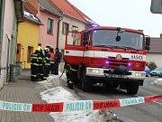 Výbuch plynu otřásl rodinným domkem v Tlumačově.