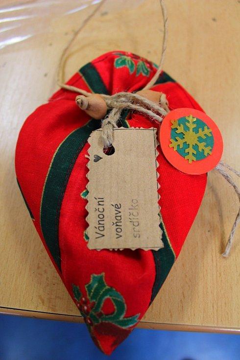 V keramickém a textilním ateliéru otrokovické Naděje už pracují na vánočních dekoracích a dárcích od září. Pořád mají plné ruce práce.