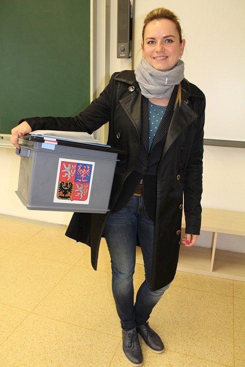 Romana Stehlíková dělá při volbách už zhruba patnáct let zapisovatelku. Působí v okrsku číslo 6 v budově Základní školy T. G. Masaryka, který je největším ve městě.
