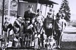 Rok 1982. Skupinka malých poslů jara – repetáků – shromážděných před školou.