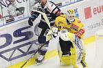 Hokejisté PSG Berani Zlín (ve žlutém) v úvodním zápase Generali Česká cup skupiny D v úterý vyzvali na svém ledě Vítkovice.
