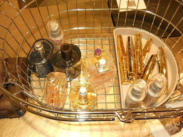 Policistům známý mladík se pokusil ukrást kosmetiku téměř za šest tisíc korun.