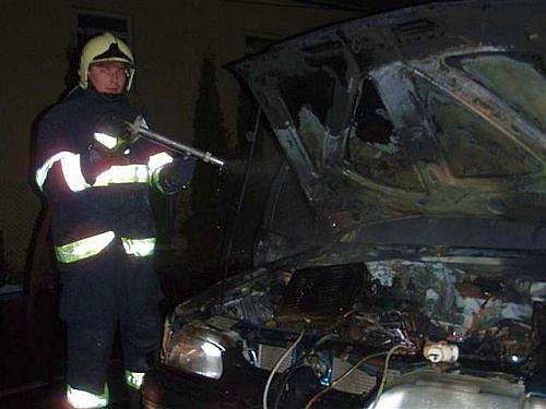 Požár vznikl v motorovém prostoru při dobíjení autobaterie.