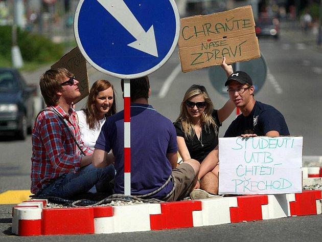 Protest studentů na přechodu pro chodce v centru Zlína