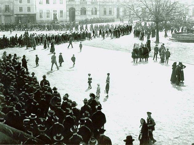 Radost a slzy štěstí, ale i ničení všeho, co mělo spojitost s Rakousko-Uherskem. Tak vypadala situace v dnešním Zlínském kraji krátce po vyhlášení samostatného československého státu 28. října 1918.