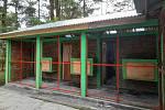 Karanténní klece pro luskounyv záchranném centru na Sumatře.