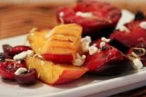 Grilovaný ovocný salát s čerstvým sýrem a kapkou pálenky