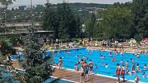 Zlínské koupaliště Zelené čelilo v posledním červencovém týdnu tisícům návštěvníků. Takto to vypadalo 29. července 2020.