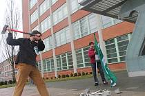 Před finančním úřadem rozbili Svobodní pokladnu