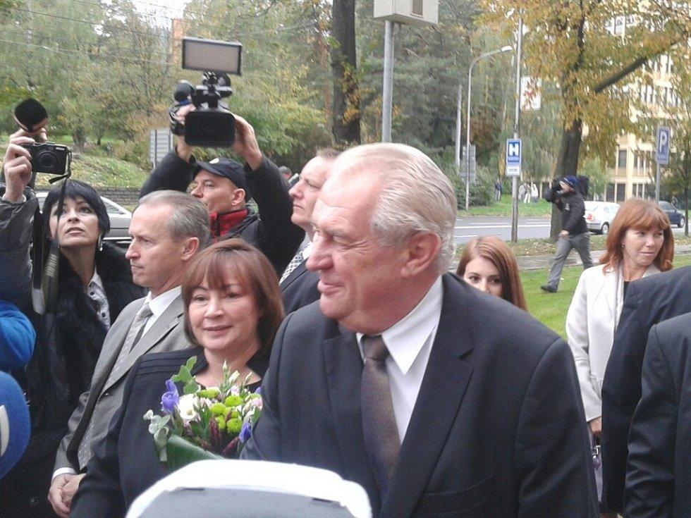Přivítání prezidenta Miloše Zemana s manželkou Ivanou před sídlem Zlínského kraje ve Zlíně.