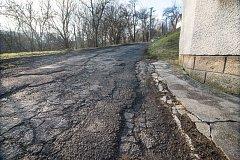 Foto ze 4. 2. 2018 - roh domu na ulici Drahy č. 27, do kterého během závodu v 80. letech narazilo hned několik závodních aut, stejně tak do protějšího plotu, který není na fotce vidět. Roh je dodnes následkem nehod zkosený.