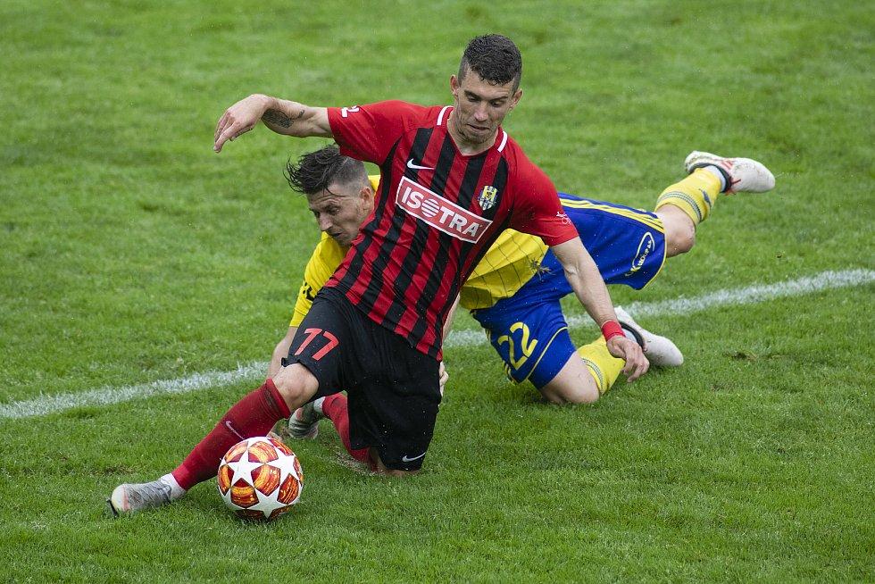 Zlín - Zápas skupiny o záchranu FORTUNA:LIGY mezi FC Fastav Zlín a SFC Opava. Bojan Dordič (SFC Opava), Lukáš Bartošák (FC Fastav Zlín).