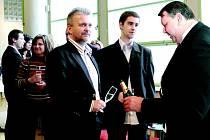 Váš sekt, pane. Hejtman Stanislav Mišák dolévá sklenici svému předchůdci ve funkci Liboru Lukášovi.