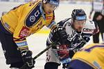 Extraligoví hokejisté PSG Berani Zlín (ve žlutém) ve 2. kole, domácí premiéře sezony hostili Vítkovice.  Na snímku Köhler