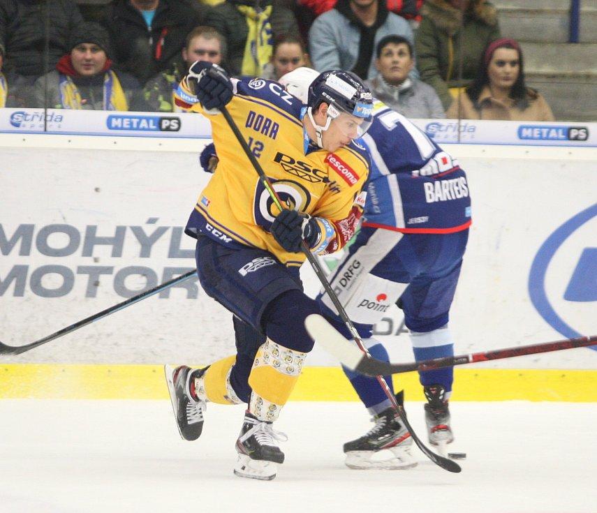 Extraligoví hokejisté PSG Berani Zlín (ve žlutém) po reprezentační přestávce v rámci 21. kola doma hostili Kometu Brno. Na snímku Fořt.