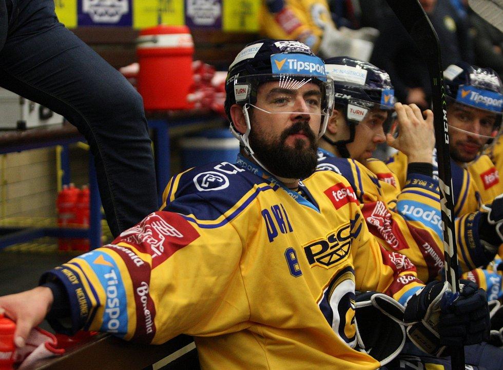 Extraligoví hokejisté PSG Berani Zlín (ve žlutém) v úterní předehrávce 11. kola podlehli pražské Spartě.  Na snímku Sturz