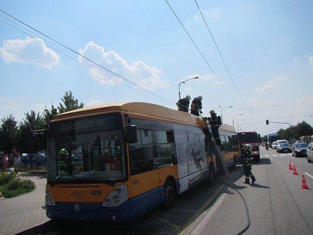 Hořící trolejbus jedoucí od Otrokovic na Zlín.