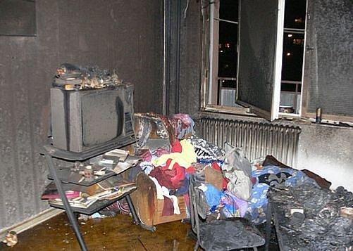 Plameny zničený interiér bytu.