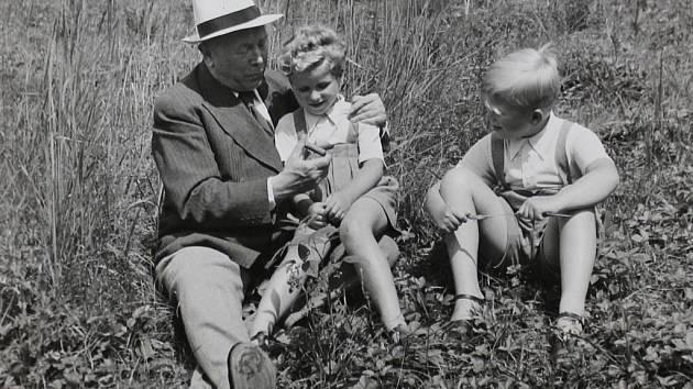 Malý Václav Havel s bratrem Ivanem a dědečkem Vavrečkou