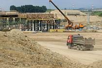 Poblíž Hulína na Kroměřížsku postupně roste jedna z největších křižovatek v republice. V budoucnu by měla vytvořit dopravní uzel rychlostních silnic R49 a R55 společně s dálnicí D1.