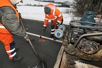 Silničáři zlínské krajské správy komunikací téměř denně opravují výtluky, které způsobila letošní zima. Ve středu 5. ledna museli zasypávat studenou směsí díry v okolí obce Machová na Zlínsku.