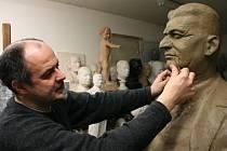 Sochař Radim Hanke tvoří sochu Tomáše Bati staršího.