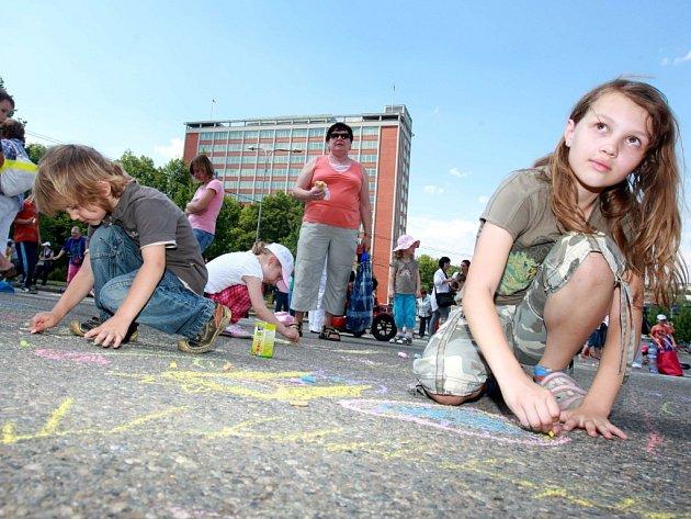 Zlín film festival 2012  Malování na chodníku před Velkým kinem.