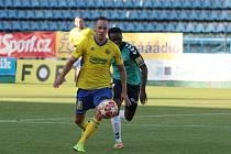 Fotbalisté Zlína (žluté dresy)  v generálce porazili slovenskou Senici 3:0. Na snímkuje Dominik Mašek. Foto: pro Deník/Jan Zahnaš