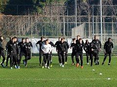 Fotbalisté Zlína v neděli odletěli na soustředění do Turecka, kde dnes absolvovali úvodní trénink. Foto: www.fcfastavzlin.cz