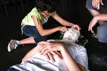 Součástí workshopu byla i výroba masek ze sádrového obvazu.