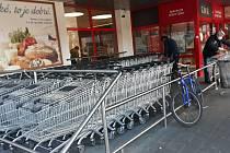 Před vybranými supermarkety ve Zlínském kraji se v sobotu dopoledne fronty netvořily. Zpřísněná vládní opatření se nijak zvlášť neprojevila, nákupních košíků byl dostatek. Foto u supermarketu Penny Market ve Vizovicích.