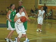 Basketbalistky Zlína (v bílém)