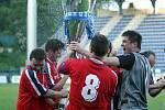 Fotbalisté Provodova (v červeném) ve finále O pohár hetmana Zlínského kraje porazili Bystřici pod Hostýnem na penalty 4:3.