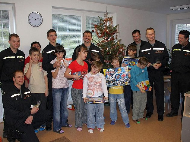 Děti z domova na Lazech potěšily dárky od hasičů