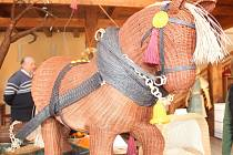 Kůň, kočár nebo věž. Všechno z proutí