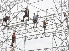 Stavba pódia pro festival Masters of rock 2012 ve Vizovicích.