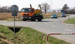 Křižovatka u hřbitova za obcí Kvítkovice