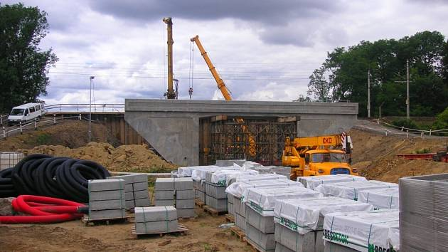 Mostní konstrukce v souvislosti s novým vjezdem do průmyslového areálu Toma v Otrokovicích je už vybetonována a nyní ji čeká zasunutí pod koleje.