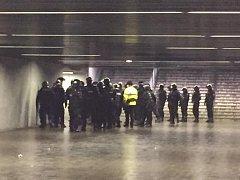 Zásah policistů v podchodu.