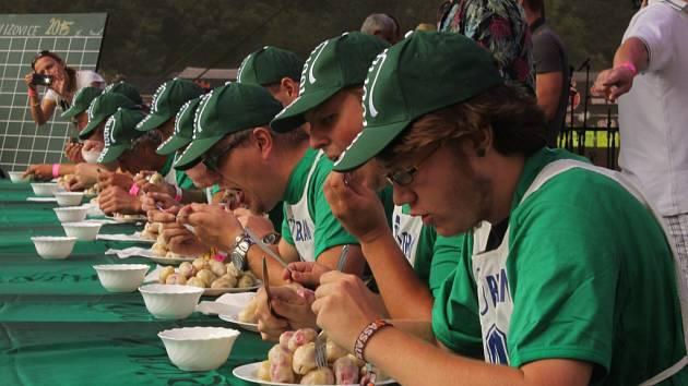 Soutěž v pojídání ovocných bramborových knedlíků na Trnkobraní ve Vizovicích.