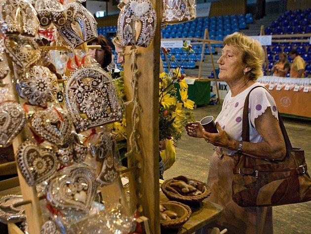 Gastronomické speciality od regionálních výrobců mohli vyzkoušet lidé, kteří v pátek 30. září navštívili zlínskou halu Euronics. Vyhlašovala se tam totiž šestý ročník ceny Perla Zlínska pro nejkvalitnější potravinu. Organizátory překvapil nízky zájem lidí