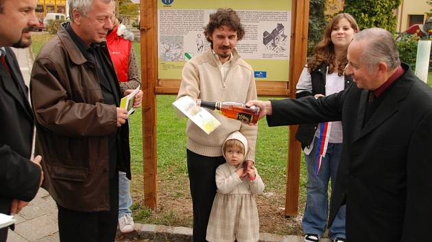 Slavnostního otevření Andrýskovy naučné stezky se zúčastnili i její tvůrci. Průvodce stezkou pokřtil také kronikář Fryštáku Česlav Zapletal.