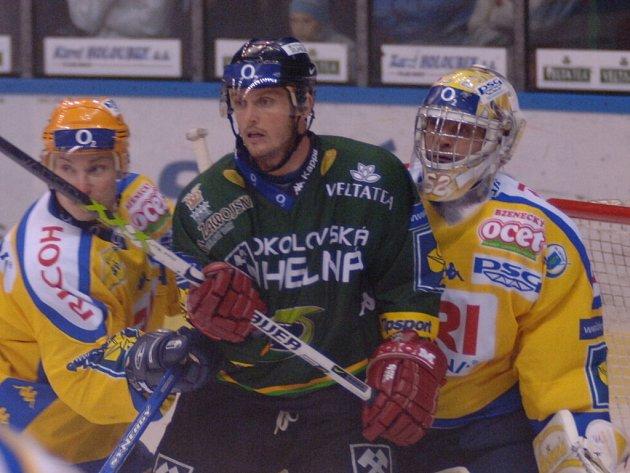 Zlínský bek David Nosek (vlevo) a gólman Radovan Biegl v souboji s karlovarskými útočníky. Ti nakonec byli úspěšnější a Berany udolali góly z první poloviny zápasu.