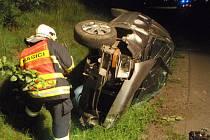 Řidič havaroval mimo vozovku, kde se auto převrátilo na bok