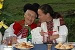 Paní Monica Bata Pignal na oslavě narozenin pana Tomáše Bati (92) ve Vyškovcích na Kopanicích. Monica je ve starohrozenkovském kroji a její tatínek ve valašském. foto zdroj: Archiv rodiny.