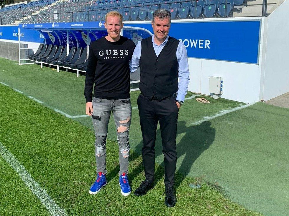 Známý podnikatel a fotbalový agent Roman Brulík (vpravo) s s obráncem Václavem Jelemlkou při podpisu smlouvy s belgickým klubem OH Leuven.