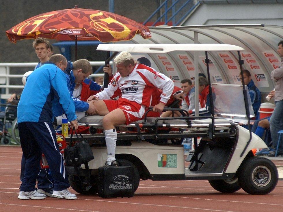 Smůla. Pro Miloslava Pennera skončil zápas v Plzni předčasně. Po faulu Krbečka musel kvůli poraněnému kolenu odstoupit.