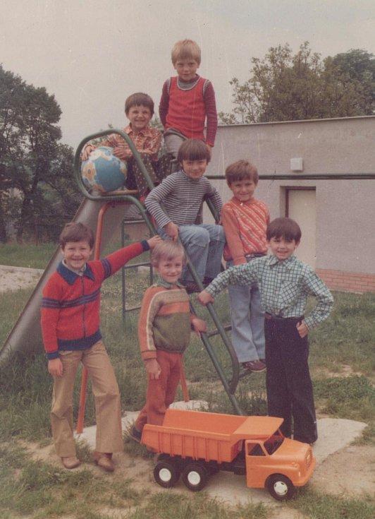 MŠ FRYŠTÁK 1981 - 1982. Ze školní zahrady. Děti s typickým tehdejším vybavením skluzavkou a oranžovým autem Tatra.